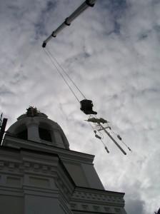 Подъем креста на колокольню