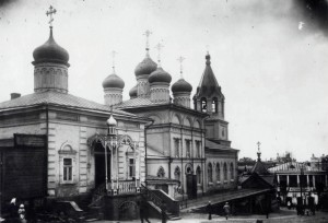 Комплекс Предтеченской церкви. Слева Спасская часовня. Фото Дунаев. Начало XX в.
