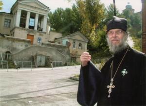 Протоиерей Александр Лехно перед храмом Иоанна Предтечи. Фото из личного архива О.А. Бородиной.
