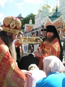 Богомольцы у мощей. Фото с сайта Нижегородской епархии