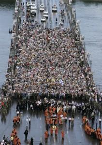 Многолюдный крестный ход переходит Канавинский мост через Оку. Фото с сайта Нижегородской епархии