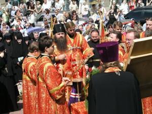Молитва Владыки Георгия перед святыней. Фото с сайта Нижегородской епархии