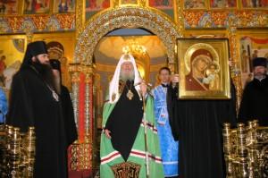 Святейший Патриарх Алексий II дарит храму Иоанна Предтечи икону Казанской Божией Матери