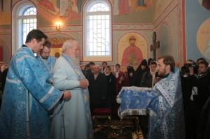 Настоятель храма Иоанна Предтечи иерей Дионисий предстоит перед Святейшим Патриархом Алексием II