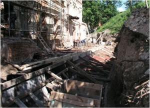 Место древнего захоронения вдоль южной стены Предтеченской церкви, вскрытого во время реставрационных работ 2004 - 2005 гг. На переднем плане ящик для сбора останков из захоронения