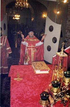 Настоятель храма прот. Александр Лехно на богослужении в алтаре перед престолом