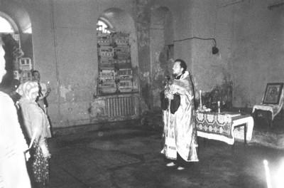 Настоятель отец Николай служит молебен в возрождающемся храме Иоанна Предтечи. Фото из личного архива священника