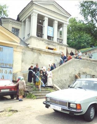 Настоятель храма отец Николай Соседкин и прихожане провожают митрополита Николая